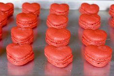 delectable deliciousness: Red Velvet Valentine's Macaroons omg omg I can't wait to try and make these for vday sooo cute! Red Macarons, Macaroons, Yummy Treats, Yummy Food, Melting In The Mouth, Valentines Day Cookies, Cookies For Kids, Eat Dessert First, Mini Cupcakes