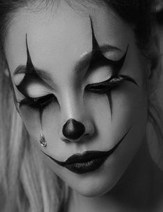 36 Easy Pretty Halloween Make-up-Ideen für Frauen Are you looking for easy pretty Halloween makeup ideas for women to look the best at the Halloween party? See our photo collage to pick the one that fits the Halloween costume. Halloween Makeup Clown, Halloween Eyes, Women Halloween, Halloween Party, Easy Halloween, Halloween Nails, Pretty Halloween Makeup, Pretty Halloween Costumes, Scary Costumes