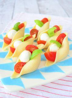 caprese pastaschelpen 1a Pasta Noodles, Appetisers, High Tea, Fruit Salad, Finger Foods, Food Art, Yummy Treats, Tapas, Bakery