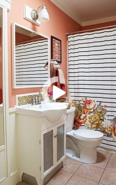 Le remarquable Austin Nest de Caroline et Coral Accent Walls, Coral Walls, Coral Bathroom Decor, Bathroom Colors, Bathroom Ideas, Bathroom Inspo, Apartment Therapy, Vanity Backsplash, Houses In Austin
