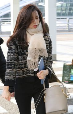 Blackpink is currently shaking the globe with their ongoing world tour. We decided to do a quick tyle round-up on the bags owned by Blackpink members. Blackpink Fashion, Korean Fashion, Winter Fashion, Blackpink Jisoo, Kpop Outfits, Girl Outfits, Yg Entertainment, 1 Rose, Jennie Lisa