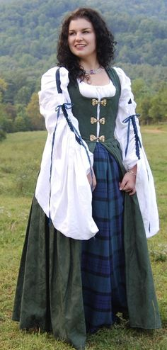My hearts in the Highlands wherever I go! This is the perfect dress for . Celtic Costume, Renaissance Costume, Renaissance Clothing, Renaissance Fashion, Renaissance Fair, Medieval Costume, Steampunk Clothing, Scottish Costume, Irish Costumes