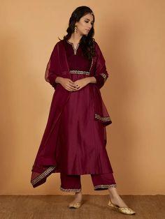 Velvet Suit Design, Velvet Dress Designs, Dress Neck Designs, Kurti Neck Designs, Kurta Designs Women, Designs For Dresses, Saree Blouse Designs, Velvet Kurtis Design, Designer Party Wear Dresses