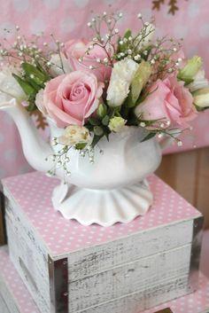 Flower Arrangement ~ Pink roses, white flowers in Tea Pot Fresh Flowers, Silk Flowers, Beautiful Flowers, Beautiful Gorgeous, Decoration Shabby, Calla, Deco Floral, Rose Cottage, Party Centerpieces