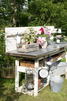 Having a potting bench makes working in the garden so much easier and more organized. Here's a great collection of DIY potting bench ideas. Rustic Potting Benches, Potting Tables, Garden Benches, Potting Station, Potting Sheds, Garden Care, Garden Structures, Container Plants, Container Gardening