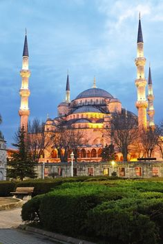 Been there. Blue Mosque, Istanbul - One of 5 Famous Landmarks for this weeks #TravelPinspiration on the blog: http://www.ytravelblog.com/travel-pinspiration-5-famous-landmarks/