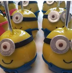 Minion candy apple Minion Candy, Gourmet Candy Apples, Minion Theme, Disney Food, Caramel Apples, Minions, Sweet Tooth, Appetizers, Smiley