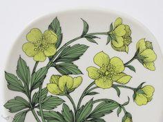 フィンランドのArabia(アラビア)社、Botanica(ボタニカ)シリーズのウォールプレートです。 BotanicaシリーズはEsteri Tomula(エステリ・トムラ)がデコレーションデザインを手掛け、草花やベリー、バラなど様々な種類が作られました。 縦横12cm四方の小さなサイズで、裏面には壁に掛けられるよう小さな穴が開いています。 Vintage Dishware, Pottery, Plates, Ceramics, Tableware, Vintage Dinnerware, Hall Pottery, Licence Plates, Hall Pottery