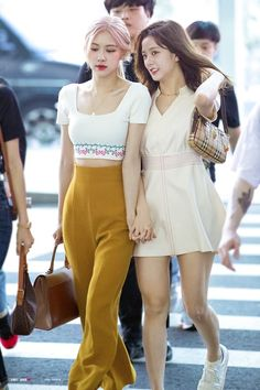Image may contain: one or more people and people standing Kim Jennie, Blackpink Fashion, Fashion Outfits, Blackpink Youtube, Lady Gaga, Coachella, Airport Fashion Kpop, Young Kim, Black Pink
