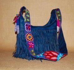 Bolsa de piel con asa de lana de alpaca bordada a mano y flecos! Crossbody leather bag, with fringe and alpaca wool hand embroidered handle!  #arte #artelocal #artesanal #hechoamano #alpaca #piel #localstyle #localart #outfitaccessory #style #fairtrade #fairtradefashion #boho #bohemio #bohochic #bohostyle #bohemian #shoplocal #supportlocal #handbag #like4like #followme #photooftheday #instagood