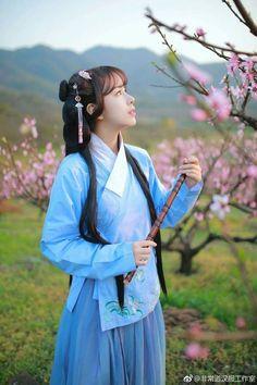 Bước qua con đường núi vòng vèo, hương hoa hoà cùng làn gió mát rượi như lay động bao nhiêu ký ức vốn đang nằm sâu dưới đáy lòng.....