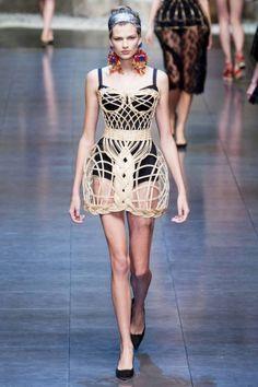 Dolce & Gabbana: desfile P/V 2013 body negro con sobrevestido r�gido nude
