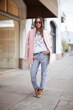 Looks para saber cómo combinar un abrigo rosa pastel