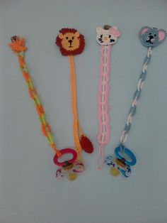 Crochet dummy chains funny and safe! Crochet Accessories, Baby Accessories, Baby Knitting Patterns, Crochet Patterns, Crochet Baby, Free Crochet, Clip Free, Dummy Clips, Bibs