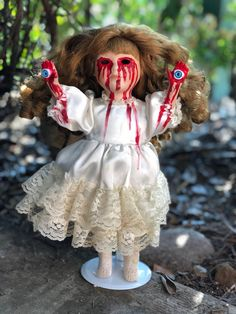 33 Delicate Halloween Dolls For Kids Halloween Cubicle, Halloween Kostüm, Doll Crafts, Diy Doll, Creepy Baby Dolls, Zombie Dolls, Haunted Dolls, Doll Head, Diy Halloween Decorations