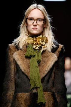 See detail photos for Gucci Fall 2015 Ready-to-Wear collection. Bold Fashion, Fashion Models, Fashion Show, Fashion Design, Gucci Eyewear, Eyewear Trends, Winter Looks, Fall Winter, Ford
