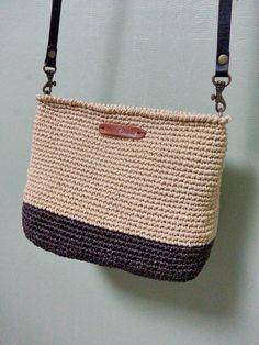 코바늘로 여름가방을 만들었어요~ 평소에 마트갈때나 간단한 소지품을 챙길때 요긴할 것 같아요~ 핸드메이...