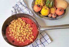 """la zucca è uno squisito ortaggio molto versatile in cucina perché si adatta a diverse preparazioni sia dolci che salate. Gli gnocchi di zucca sono uno squisito primo piatto a base di ingredienti semplici e genuini: zucca, farina, patate e qualche spezia.  Questa ricetta ha un sapore delicato e si adatta molto bene a tanti condimenti come al classico """"burro salvia e un pizzico di cannella"""" ed anche con il gustoso """"sugo al pomodoro e verdure"""" e diventa molto saporita servita con una.. Salvia, Griddle Pan, Gnocchi, Grill Pan"""