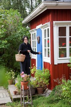Perisuomalainen punainen tupa on terästetty sinisellä Swedish Cottage, Red Cottage, Swedish House, Red Houses, House Trim, House Windows, Cabins In The Woods, Cottage Design, Curb Appeal