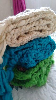 Tejidos con suaves lanas y accesorios de madera.