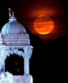 Temple Moonrise, The Shri Swaminarayan Mandir temple, Atlanta, USA - the largest Hindu temple outside of India. hand-cut pieces assembled on-site like a puzzle. - Photograph by JLMPhoto. MUST SEE THIS Beautiful Moon, Beautiful Places, Shoot The Moon, Sun Moon Stars, Moon Magic, Hindu Temple, Super Moon, Blue Moon, Amazing Photography