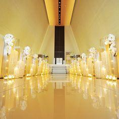 水音が心地よく響く、優しい光に包まれた独立型チャペル。佐賀県・佐賀市の結婚式場「アクアデヴュー佐賀スィートテラス」のチャペルをご案内いたします。