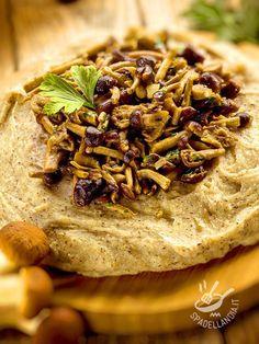 La Polenta integrale ai funghi è un primo della tradizione montanara del Belpaese, bello ricco e consistente, sempre appetitosissimo! #polentaaifunghi