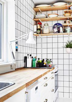 Meget af det gamle køkken er bevaret, bortset fra, at parret har taget overskabene ned og i stedet tilføjet hvide industrielle fliser. Kitchen Cart, Kitchen Cabinets, Bathroom Medicine Cabinet, Small Spaces, House, Van, Awesome, Home Decor, Decoration Home