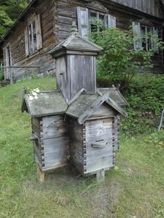 When in an apiary, many hives are placed next to each other. Lorsque dans un rucher, de nombreuses ruches sont placées les unes à côté de. When in an apiary, many hives are placed next to each other, it is useful to help the bees back from a goal .