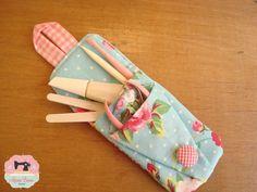 Bolsinha para Kit Manicure super prática! Um compartimento especial para guardar o alicate permite que ele fique sempre fechadinho e separado dos demais produtos, a fim de que não perca o corte! No bolsinho maior, você pode colocar lixas, espátulas, bases e esmaltes! E o melhor de tudo é que esta bolsinha é super compacta, perfeita para carregar sempre na bolsa o seu kit de manicure e tê-lo sempre à mão! Chega de esquecer seu kit de manicure em casa ! Higiene é fundamental!
