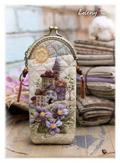 Glasses Case of houses ❤ Japanese Patchwork, Japanese Quilts, Patchwork Bags, Quilted Bag, Wool Applique, Applique Quilts, Frame Purse, House Quilts, Penny Rugs