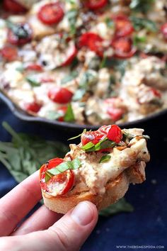 Hot Caprese Cheese Dip with Mozzarella, Parmesan & Cream Cheese (Perfect For Party Appetizer) Bruschetta Recipe, Caprese Salad, Quick And Easy Appetizers, Appetizers For Party, Appetizer Recipes, Warm Appetizers, Italian Appetizers Easy, Delicious Appetizers, Vegetarian