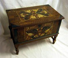 Vacker Allmoge möbel från 40-talet. Kurbits målad kista. på Tradera.