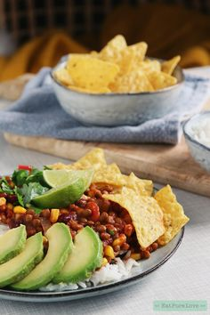 Vegan chili, oftewel chili sin carne met avocado en tortilla chips on the side. Healthy Meals For Kids, Easy Healthy Recipes, Veggie Recipes, Vegetarian Recipes, Veggie Food, Chili Recipes, Clean Eating Diet, Clean Eating Recipes, Vegan Chili Sin Carne