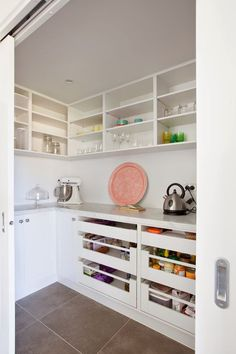 Organization Ideas pantry Creative Kitchen Pantry Ideas These stockroom organization ideas are so satisfying. Get inspired for spring cleaning for these perfectly organized kitchen pantry photos! Go check it out! Kitchen Butlers Pantry, Pantry Room, Kitchen Pantry Design, New Kitchen Cabinets, Butler Pantry, Interior Design Kitchen, Open Pantry, Walk In Pantry, Cupboards