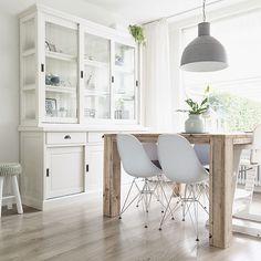 salón con encanto blanco y gris - zona de comedor