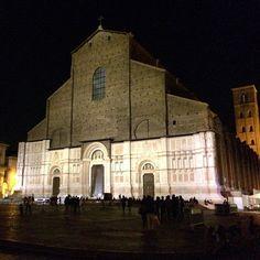 La nuova facciata restaurata di San Petronio, con la nuova illuminazione, é davvero spettacolare la sera! Se non l'avete ancora vista vi consiglio di fare un giro presto per rimanerne incantati