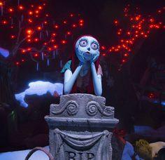 """Haunted Mansion Holiday está inspirada en el filme clásico animado """"Tim Burton's Nightmare Before Christmas"""" y transforma la Mansión con una colisión de escalofríos típicos de Halloween y la alegría única de la Navidad. El 3 de octubre de 2016 se celebrará el 15 aniversario del estreno de esta atracción especial en Disneyland."""