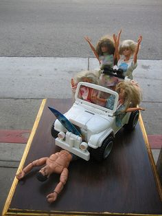 """Crazy Barbie Dolls-- """"Hi there honey! You think you can come with us and go ahead and surf without those legs? Barbie Jokes, Barbie Funny, Bad Barbie, Barbie And Ken, Girl Barbie, Barbie In Real Life, Barbie Life, Barbie World, Juste Zoe"""