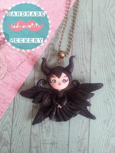 Colgante de Maléfica (con alas)/ Winged Maleficent necklace made in polymer clay, fimo.