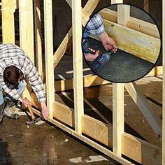Clouer au bas des murs des tasseaux de même épaisseur que les planches de bardage.