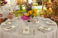 mesa redonda y las sillas naturales, con el arreglo simple y bonito!!