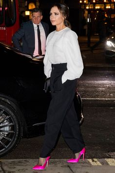 Victoria Beckham mastered the highlighter-heel trend at the Portrait Gala last night- HarpersBAZAARUK Victoria Fashion, Diana Fashion, Fashion News, Fashion Trends, Women's Fashion, Victoria Beckham Outfits, Victoria Beckham Style, Victoria Beckham Fashion, Victoria Beckham Collection