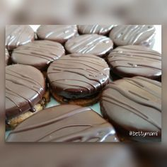 Macarons, Muffin, Cookies, Breakfast, Recipes, Food, Crack Crackers, Morning Coffee, Biscuits