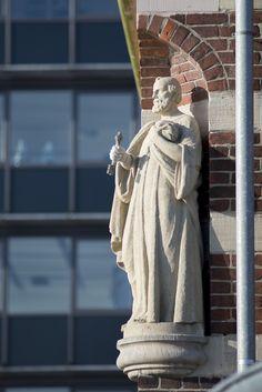 #Kiel Als Schutzpatron der Fischer, Schiffer und Fischhändler wacht der Heilige Simon Petrus an einer Ecke der ehemaligen Fischhalle, die heute das Schifffahrtsmuseum der Stadt beherbergt. Von seinem Sta...