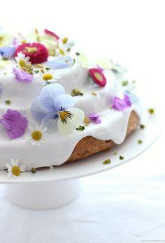 ... carrot cake ...wiht flowers, gänseblümchen, stiefmütterchen, zuckerguss, traumhaft schöne torte!