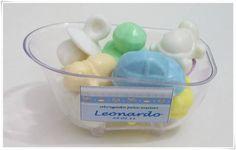 Mini Banheira em acrílico com aproximadamente 9 sabonetes, (vai depender do formato que você escolher).  A Mini banheira está disponível nas cores: transparente, lilás e rosa.  (Verificar disponibilidade através do e-mail).  Os Sabonetes podem ter formato de chupeta, carrinho, cachorrinho, tartaruga, ursinho, flor, estrelas.  E nas cores: verde, branco, amarelo, rosa, lilás, azul, creme.   Personalizamos o rótulo com as cores e temas que desejar.   Embalagem: saco celofane e fita cetim…