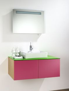 Casa de banho com móveis suspensos