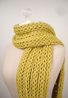 Everyone seems to be looking for quick gifts to make for Christmas presents right now. Here's a super quick scarf pattern that you can kni... Chunky Knit Scarves, Crochet Scarves, Knit Or Crochet, Easy Knitting Patterns, Knit Scarf Patterns, Easy Knitting Projects, Start Knitting, Knitting For Beginners, Free Knitting