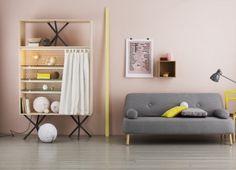 mur rose - canapé gris - pointe de jaune vif
